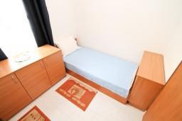 Спальня. Будванская ривьера, Черногория, Петровац : Апартамент с 3 спальнями с видом на море