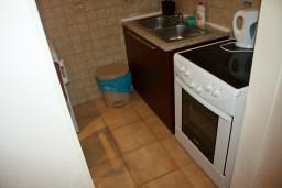 Кухня. Будванская ривьера, Черногория, Петровац : Апартаменты на 4 персоны, 2 спальни, с видом на море, 10 метров от пляжа