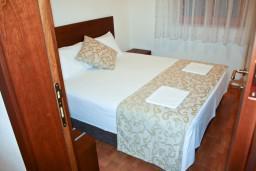 Спальня. Будванская ривьера, Черногория, Петровац : Апартаменты на 4 персоны, 2 спальни, с видом на море, 10 метров от пляжа