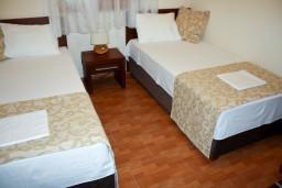 Спальня 2. Будванская ривьера, Черногория, Петровац : Апартаменты на 4 персоны, 2 спальни, с видом на море, 10 метров от пляжа