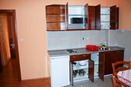 Кухня. Будванская ривьера, Черногория, Петровац : Апартамент с видом на море, 10 метров до пляжа