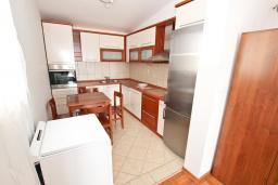 Кухня. Будванская ривьера, Черногория, Петровац : Апартаменты на 6+1 персон, 2 спальни, с видом на море