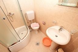 Ванная комната. Будванская ривьера, Черногория, Петровац : Апартаменты на 6+1 персон, 2 спальни, с видом на море