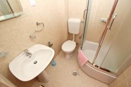 Ванная комната 2. Будванская ривьера, Черногория, Петровац : Апартаменты на 6+1 персон, 2 спальни, с видом на море
