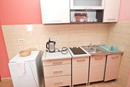 Кухня. Рафаиловичи, Черногория, Рафаиловичи : Современный трёхкомнатный апартамент на 4-6 человек, с двумя отдельными спальнями, с балконом с видом на море