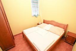 Спальня. Рафаиловичи, Черногория, Рафаиловичи : Современный трёхкомнатный апартамент на 4-6 человек, с двумя отдельными спальнями, с балконом с видом на море