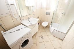 Ванная комната. Рафаиловичи, Черногория, Рафаиловичи : Современный трёхкомнатный апартамент на 4-6 человек, с двумя отдельными спальнями, с балконом с видом на море