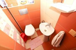 Туалет. Рафаиловичи, Черногория, Рафаиловичи : Современный трёхкомнатный апартамент на 4-6 человек, с двумя отдельными спальнями, с балконом с видом на море