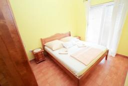 Спальня 2. Рафаиловичи, Черногория, Рафаиловичи : Современный трёхкомнатный апартамент на 4-6 человек, с двумя отдельными спальнями, с балконом с видом на море
