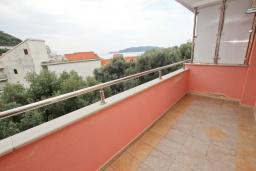 Балкон. Рафаиловичи, Черногория, Рафаиловичи : Современный трёхкомнатный апартамент на 4-6 человек, с двумя отдельными спальнями, с балконом с видом на море