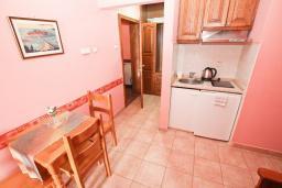 Гостиная. Рафаиловичи, Черногория, Рафаиловичи : Апартаменты с отдельной спальней, с балконом c видом на море