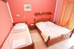 Спальня. Рафаиловичи, Черногория, Рафаиловичи : Апартаменты с отдельной спальней, с балконом c видом на море