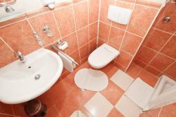 Ванная комната. Рафаиловичи, Черногория, Рафаиловичи : Апартаменты с отдельной спальней, с балконом c видом на море