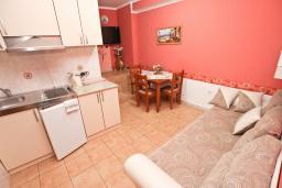 Гостиная. Рафаиловичи, Черногория, Рафаиловичи : Апартамент для 4-6 человек, с 2-мя отдельными спальнями, с балконом с видом на море