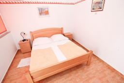 Спальня. Рафаиловичи, Черногория, Рафаиловичи : Апартамент для 4-6 человек, с 2-мя отдельными спальнями, с балконом с видом на море