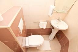 Туалет. Рафаиловичи, Черногория, Рафаиловичи : Апартамент для 4-6 человек, с 2-мя отдельными спальнями, с балконом с видом на море