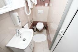 Ванная комната. Рафаиловичи, Черногория, Рафаиловичи : Апартамент для 4-6 человек, с 2-мя отдельными спальнями, с балконом с видом на море
