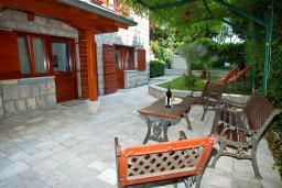 Терраса. Бечичи, Черногория, Бечичи : Дом в Бечичи с 5-ю спальнями, с закрытой территорией с садом и бассейном и крытой террасой.