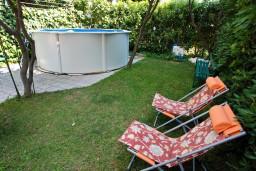 Территория. Бечичи, Черногория, Бечичи : Дом в Бечичи с 5-ю спальнями, с закрытой территорией с садом и бассейном и крытой террасой.
