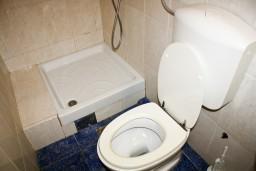 Ванная комната. Рафаиловичи, Черногория, Рафаиловичи : Студия с видом на море, 10 метров от пляжа