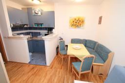 Кухня. Рафаиловичи, Черногория, Рафаиловичи : Апартамент с гостиной и спальней на 1 этаже с большой террасой