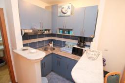 Кухня. Будванская ривьера, Черногория, Рафаиловичи : Апартамент с гостиной и спальней на 1 этаже с большой террасой
