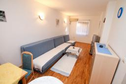 Гостиная. Будванская ривьера, Черногория, Рафаиловичи : Апартамент с гостиной и спальней на 1 этаже с большой террасой