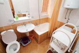 Ванная комната. Будванская ривьера, Черногория, Рафаиловичи : Апартамент с гостиной и спальней на 1 этаже с большой террасой