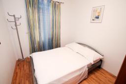 Спальня. Будванская ривьера, Черногория, Рафаиловичи : Апартамент с гостиной и спальней на 1 этаже с большой террасой