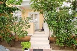 Вход. Рафаиловичи, Черногория, Рафаиловичи : Апартамент с гостиной и спальней на 1 этаже с большой террасой