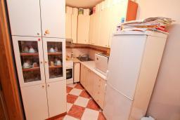 Кухня. Будванская ривьера, Черногория, Рафаиловичи : Полностью оборудованный апартамент со стиральной и посудомоечной машиной, террасой, в 2 минутах от пляжа Рафаиловичи