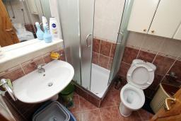 Ванная комната. Будванская ривьера, Черногория, Рафаиловичи : Полностью оборудованный апартамент со стиральной и посудомоечной машиной, террасой, в 2 минутах от пляжа Рафаиловичи