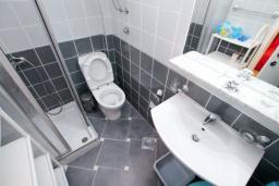 Ванная комната. Рафаиловичи, Черногория, Рафаиловичи : Студия на 1 этаже в 150 метрах от песчаного пляжа в Рафаиловичах