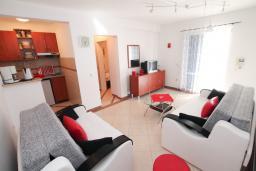 Гостиная. Рафаиловичи, Черногория, Рафаиловичи : Двухкомнатный апартамент с большой террасой на 1 этаже в 100 метрах от пляжа в Рафаиловичи