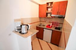Кухня. Рафаиловичи, Черногория, Рафаиловичи : Двухкомнатный апартамент с большой террасой на 1 этаже в 100 метрах от пляжа в Рафаиловичи