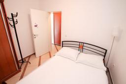 Спальня. Рафаиловичи, Черногория, Рафаиловичи : Двухкомнатный апартамент с большой террасой на 1 этаже в 100 метрах от пляжа в Рафаиловичи