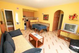 Гостиная. Рафаиловичи, Черногория, Рафаиловичи : Трёхкомнатный апартамент на 4-5 человек с 2 отдельными спальнями, с уютной террасой на 1 этаже