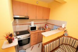 Кухня. Рафаиловичи, Черногория, Рафаиловичи : Трёхкомнатный апартамент на 4-5 человек с 2 отдельными спальнями, с уютной террасой на 1 этаже