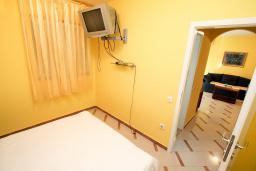 Спальня. Рафаиловичи, Черногория, Рафаиловичи : Трёхкомнатный апартамент на 4-5 человек с 2 отдельными спальнями, с уютной террасой на 1 этаже