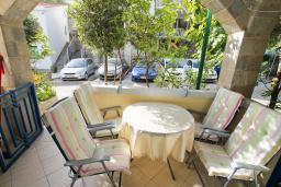 Терраса. Рафаиловичи, Черногория, Рафаиловичи : Трёхкомнатный апартамент на 4-5 человек с 2 отдельными спальнями, с уютной террасой на 1 этаже