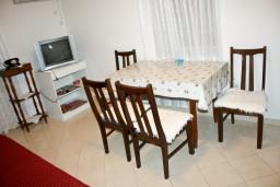 Обеденная зона. Рафаиловичи, Черногория, Рафаиловичи : Апартамент с видом на море, 70 метров от пляжа