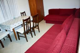 Гостиная. Рафаиловичи, Черногория, Рафаиловичи : Апартамент с видом на море, 70 метров от пляжа