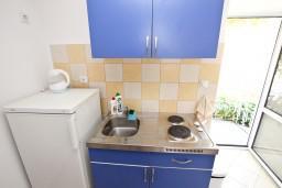 Кухня. Рафаиловичи, Черногория, Рафаиловичи : Апартамент с видом на море, 70 метров от пляжа