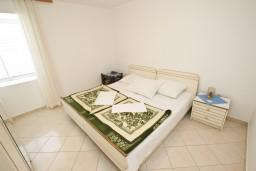 Спальня. Рафаиловичи, Черногория, Рафаиловичи : Апартамент с видом на море, 70 метров от пляжа
