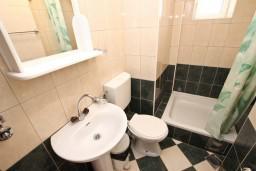 Ванная комната. Рафаиловичи, Черногория, Рафаиловичи : Апартамент с видом на море, 70 метров от пляжа