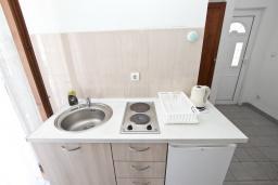Студия (гостиная+кухня). Будванская ривьера, Черногория, Рафаиловичи : Студия с балконом в 15 метрах от моря