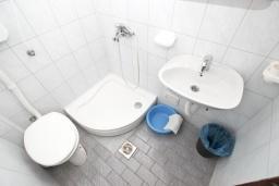 Ванная комната. Будванская ривьера, Черногория, Рафаиловичи : Студия с балконом в 15 метрах от моря