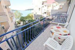 Балкон. Рафаиловичи, Черногория, Рафаиловичи : Комната на 3 персоны с видом на море, 15 метров от пляжа, общая кухня