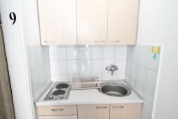 Общая кухня. Рафаиловичи, Черногория, Рафаиловичи : Комната на 3 персоны с видом на море, 15 метров от пляжа, общая кухня
