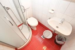 Ванная комната. Рафаиловичи, Черногория, Рафаиловичи : Комната на 3 персоны с видом на море, 15 метров от пляжа, общая кухня